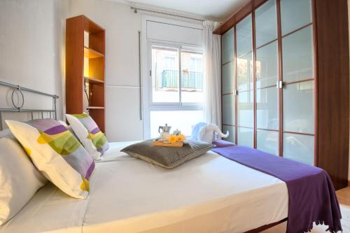 A bed or beds in a room at Apartments Sata Sagrada Familia Area