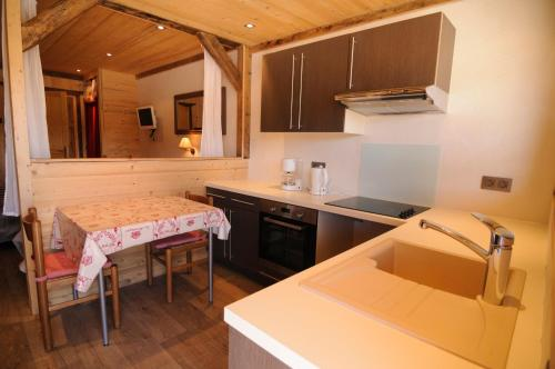 A kitchen or kitchenette at Hotel Le Very