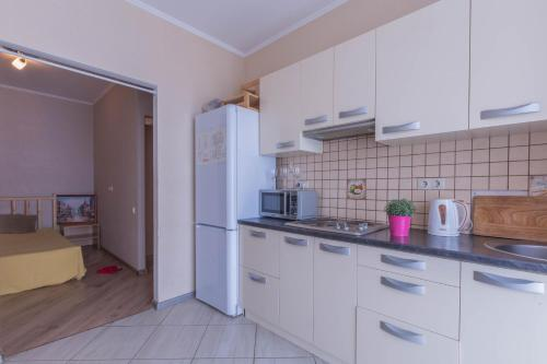 Кухня или мини-кухня в Apartment on Prospect Lenina 32A