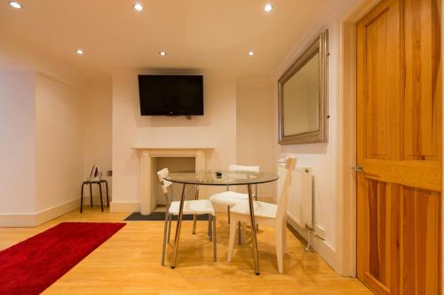A television and/or entertainment center at Cosy 2 Bedroom Apartment near Camden Town