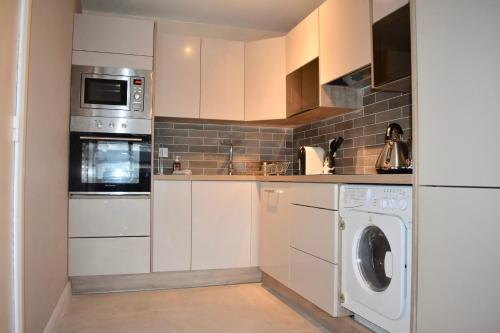 A kitchen or kitchenette at Newly Refurbished 2 Bedroom Apartment in Temple Bar
