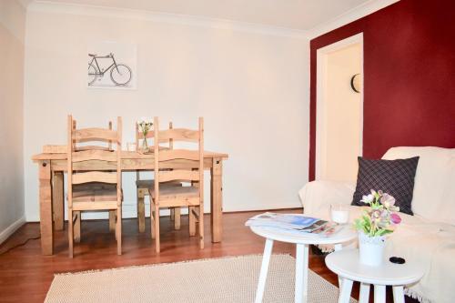 Ein Restaurant oder anderes Speiselokal in der Unterkunft 1 Bedroom Central Flat