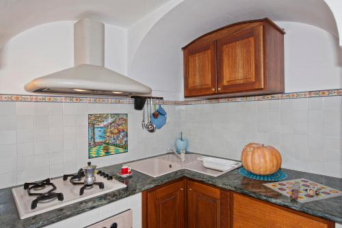 A kitchen or kitchenette at Casa Lavinia - The Beauty&Coastline in your Sight!