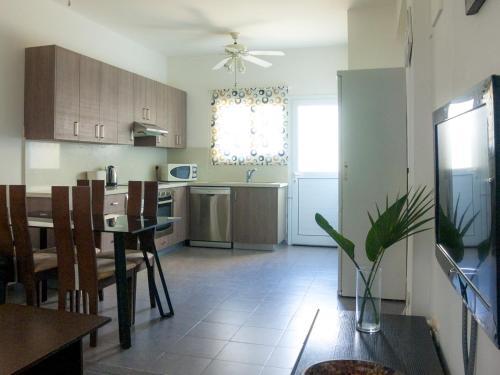 Кухня или мини-кухня в Cosy Ground Floor Apartment