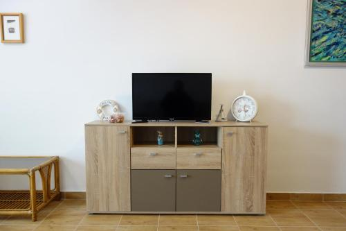 A television and/or entertainment center at Clementine