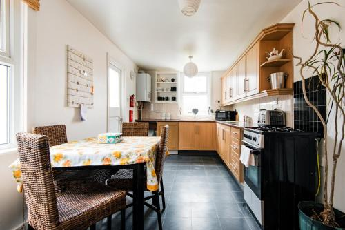 A kitchen or kitchenette at Stunning Family House - Quick Links Central