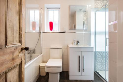 A bathroom at Stunning Family House - Quick Links Central