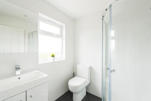 A bathroom at High End Apartments