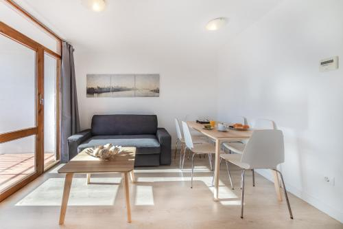 A seating area at Agaró Cambrils Apartments