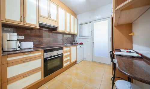 A kitchen or kitchenette at Tennis Apartment
