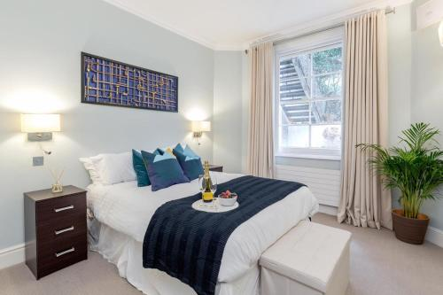 A bed or beds in a room at Luxurious Central Kensington Apartment
