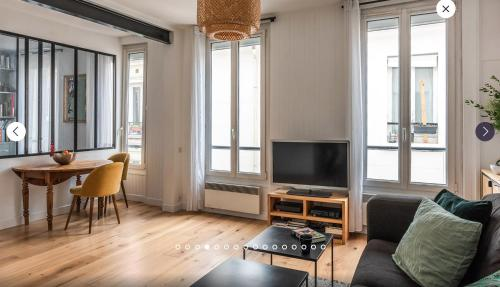A television and/or entertainment center at Appartement type loft