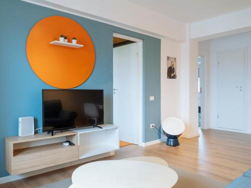 A television and/or entertainment center at Pop Art Flat - Bright 2BR near the Old Town