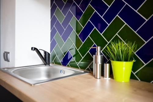 A kitchen or kitchenette at Old Town Courtyard Apartment with private parking