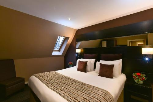A bed or beds in a room at Fraser Suites Glasgow
