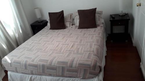 Tempat tidur dalam kamar di Monjitas Apartments