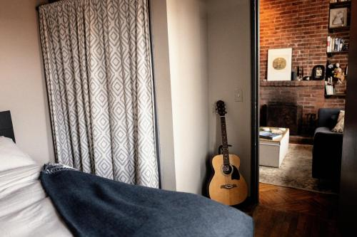 A bed or beds in a room at COZY! PRIME LOCATION! REAL 2-BEDROOM!