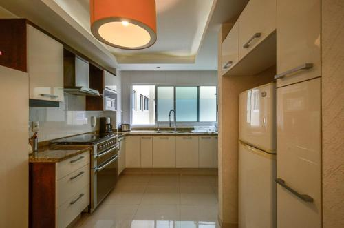 A kitchen or kitchenette at Coyoacan Florida Luxury apartment 4BR-4BA 2Parking