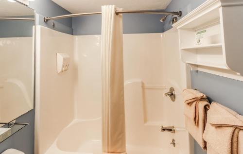 Vannas istaba naktsmītnē InnSeason Resorts Captain's Quarters, a VRI resort