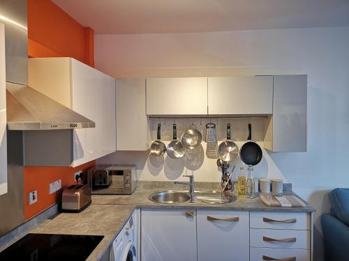A kitchen or kitchenette at Reading West Apartments