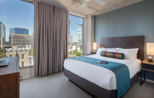 A bed or beds in a room at Luxury Downtown Rooftop pool Dlx Studio