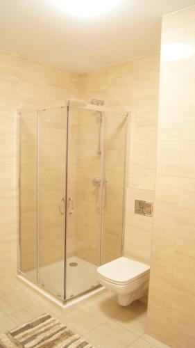 A bathroom at Akwamaryn apartment