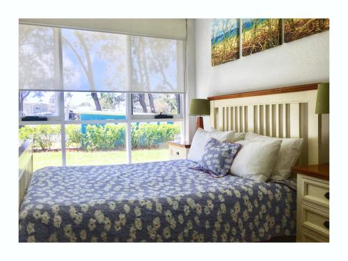 A bed or beds in a room at Bayreach 1