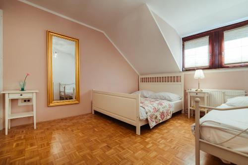 Ein Bett oder Betten in einem Zimmer der Unterkunft Aurora Apartment
