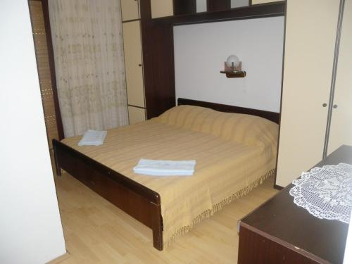A bed or beds in a room at Apartment Kampor 5