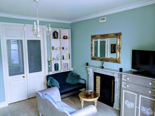 TV/Unterhaltungsangebot in der Unterkunft Beautiful One Bedroom Ground Floor Apartment With Parking