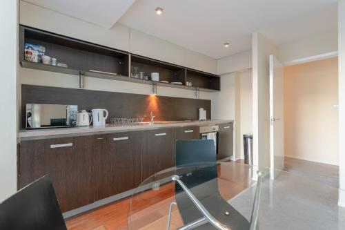 A kitchen or kitchenette at 2 Bedroom Apartment in the Heart of Stratford Sleeps 3