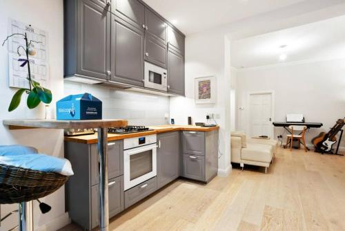 A kitchen or kitchenette at Charming 2 Bedroom Flat with Garden in Finsbury Park