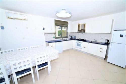Küche/Küchenzeile in der Unterkunft Hamedouraguim Tiberias