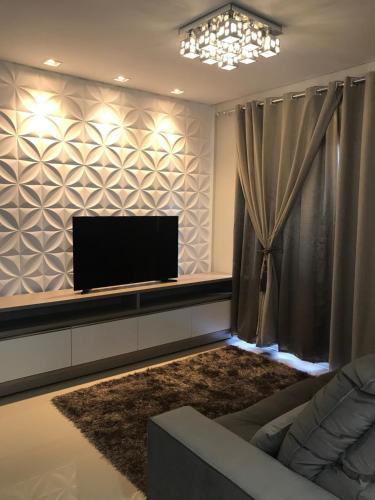 A television and/or entertainment center at Apartamento moderno à 3 min centro