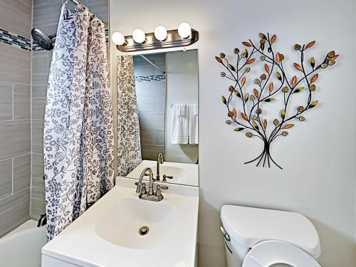 A bathroom at Contemporary Home Home