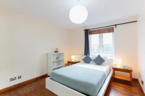 A bed or beds in a room at Paddington Polka Apartments