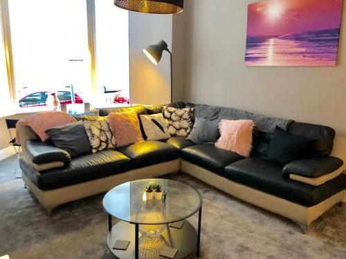 A seating area at Apartment on the Parade