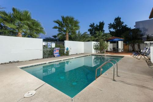 The swimming pool at or near Scottsdale Living 2BR by Casago