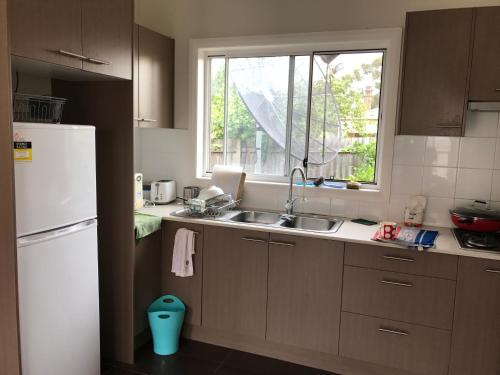 A kitchen or kitchenette at clifton ave 的温馨小窝