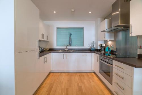 A kitchen or kitchenette at Exclusive Tower Bridge Apartment