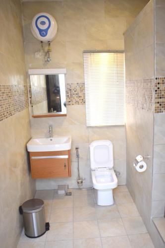 A bathroom at TOA HUB