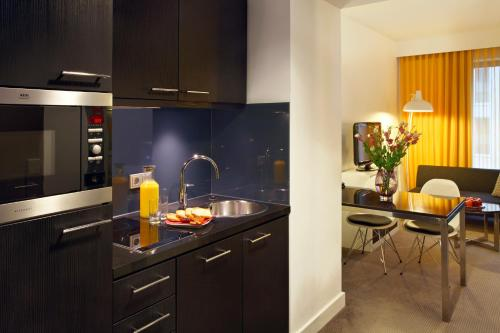 A kitchen or kitchenette at Adina Apartment Hotel Berlin Hackescher Markt