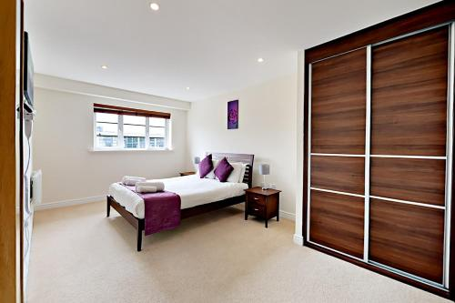 A bed or beds in a room at Flexi-Lets@Wallis Square, Farnborough