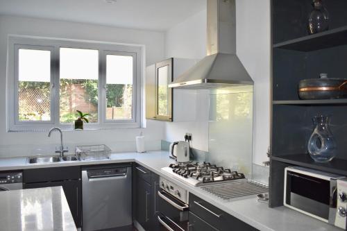 Küche/Küchenzeile in der Unterkunft 2 Bedroom House in the Heart of Hanover