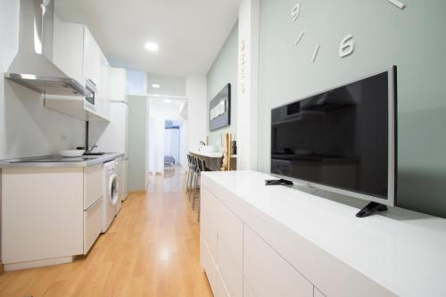 A kitchen or kitchenette at Apartamentos Goyescas Deco