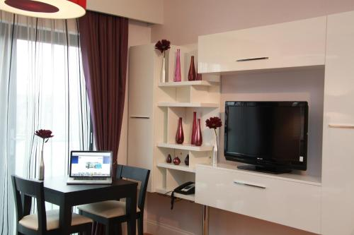 A television and/or entertainment centre at Maitrise Suites Apartment Hotel Ealing – London