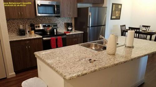 Una cocina o zona de cocina en Windermere Mediterranean Deluxe One Bedroom Suite