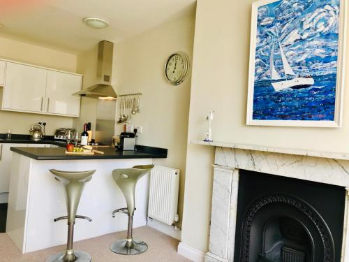 A kitchen or kitchenette at St Margarets Georgian Holiday Apartment