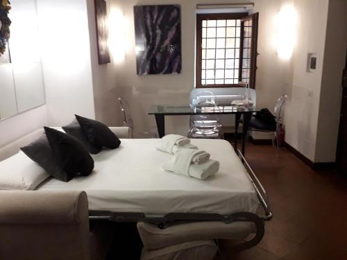 A bed or beds in a room at Luxury Apartment piazza Navona