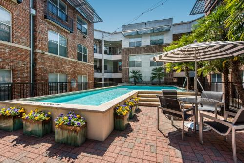The swimming pool at or near Downtown Dallas Cozy Suite